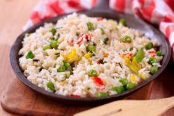 Тушеный рис с грибами и овощами