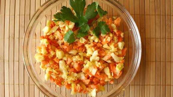 Салат с брынзой, яблоками и морковкой