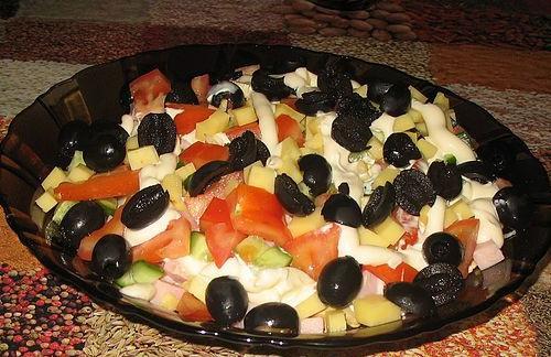 Салат  из ветчины, помидоров и маслин